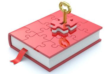 ružová kniha z puzzle a v strede jedného puzzle kľúč