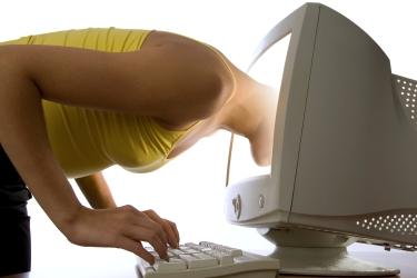 žena má hlavu strčenú v monitore