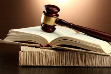 sudcovske kladivko na knihach