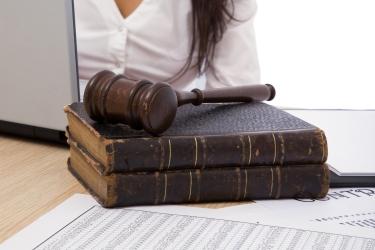 sudcovské kladivko na knihách, papiere a notebook
