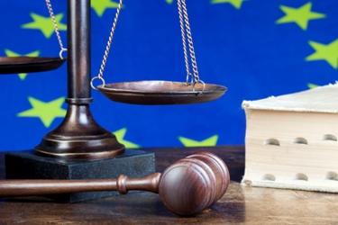 vlajka EÚ s kladivkom a knihou