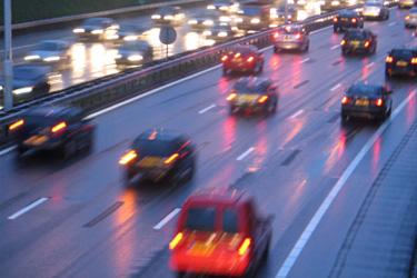 autá na diaľnici večer